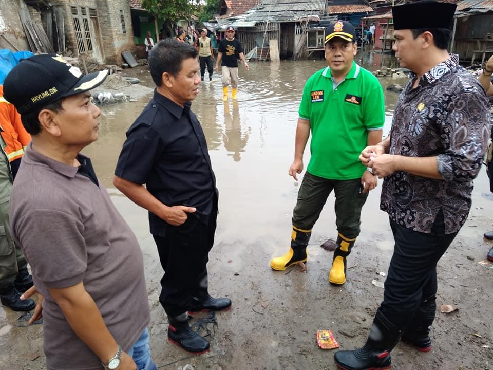Meninjau Banjir